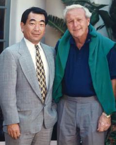 視察プレーした故アーノルド・パーマー氏と クラブハウス前で記念撮影(1993年5月)