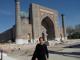 ウズベキスタン・サマルカンドのレギスタン広場(世界遺産)にて