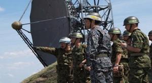 東日本大震災-大滝根レーダーサイトにて君塚災統合部隊指揮官に通信部隊の展開状況を報告